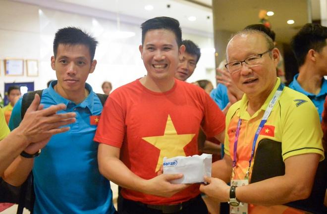Olympic Viet Nam nhan thuong nong 25.000 USD ngay sau tran dau hinh anh