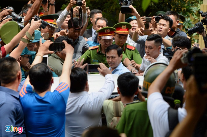 'Con ong Nguyen Huu Linh phai tam nghi hoc vi viec cua cha' hinh anh 3