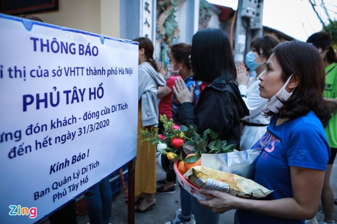 Cong suc chong dich 'do song do bien' khi nguoi dan chen le phu Tay Ho hinh anh 1 2_zing.jpg