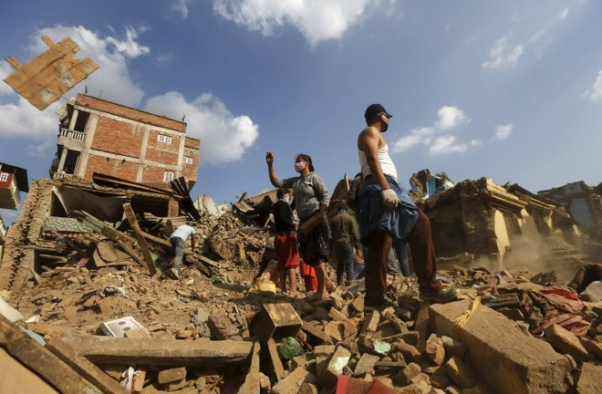 Nepal: 7.040 nguoi chet, thay nhieu thi the khach nuoc ngoai hinh anh