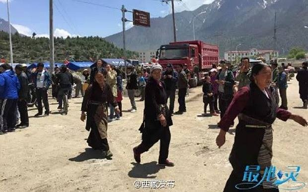 68 nguoi chet sau dong dat 7,3 do Richter o Nepal hinh anh 4 Cảnh hỗn loạn tại một khu vực ở Tây Tạng, nơi giáp ranh với Nepal. Ảnh: Weibo