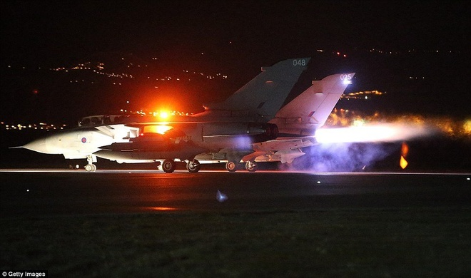 Anh tien hanh cuoc khong kich dau tien tai Syria hinh anh 1 Chiến đấu cơ Tornado của không quân Anh xuất kích đến Syria để không kích IS rạng sáng 3/12. Ảnh: Getty