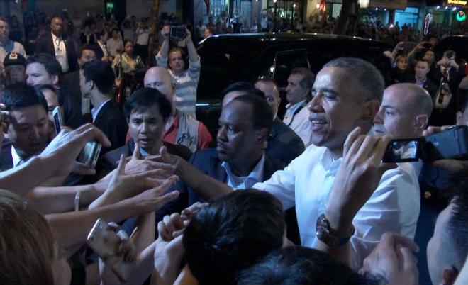 Ong Obama hoa minh vao dam dong o Ha Noi hinh anh