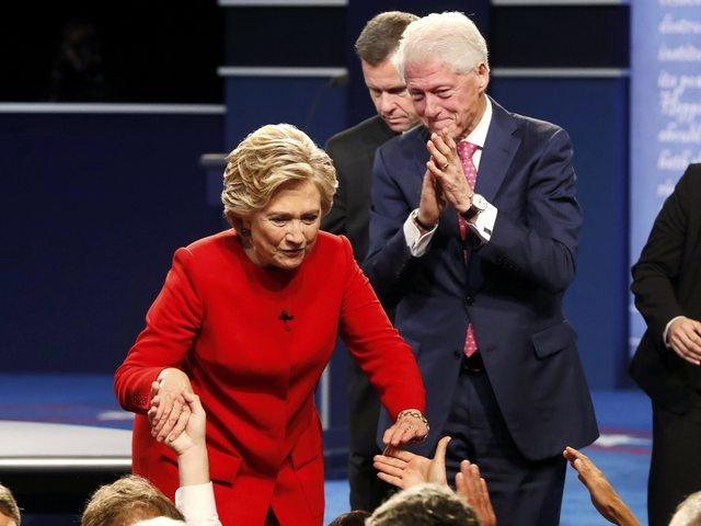 Clinton boc me Trump sau khi bi che ve suc khoe hinh anh 21