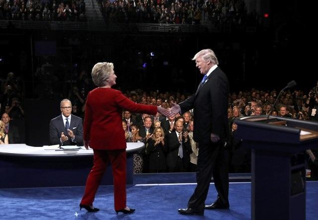 Clinton boc me Trump sau khi bi che ve suc khoe hinh anh 13