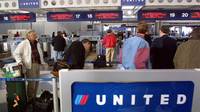 Thay vi loi hanh khach goc Viet, United Airlines co the lam gi? hinh anh 1
