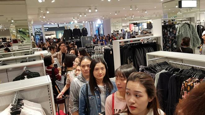 Dat hang ao khoac, H&M Ha Noi don 13.000 luot khach mua sam ngay dau hinh anh