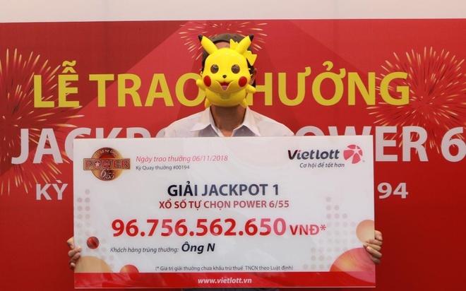 Nguoi trung 96,7 ty Vietlott deo mat na Pikachu khi linh giai hinh anh