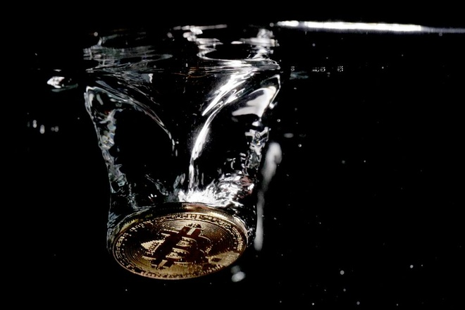 Bitcoin mat hon 80% gia tri trong gan mot nam qua hinh anh
