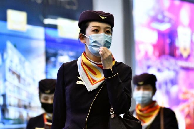 Bi chi trich vi cam tiep vien deo khau trang, Finnair doi y hinh anh 1 flight_attendants_wearing_face_masks.jpg