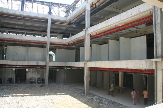 Tieu thuong cho Dam mat gia san vi cho moi hinh anh 1 Khu nhà ba tầng của dự án chợ Đầm Nha Trang còn đang xây dang dở (chụp trưa 21/8/2015). Ảnh: Phan Sông Ngân.