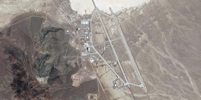 Khu vực 51 nằm ở sa mạc Nevada, gần cánh đồng muối Groom Lake. Một giả thiết cho rằng tên gọi của căn cứ quân sự này liên quan đến Ủy ban Năng lượng Nguyên tử - đơn vị đã chia sa mạc Nevada thành nhiều bãi thử hạt nhân khác nhau và đánh số thứ tự.