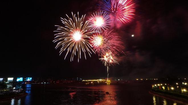 """Tại cuộc thi bắn pháo hoa Quốc tế Đà Nẵng, pháo hoa được các đội """"trình diễn"""" trên nền nhạc đặc trưng của từng nước"""