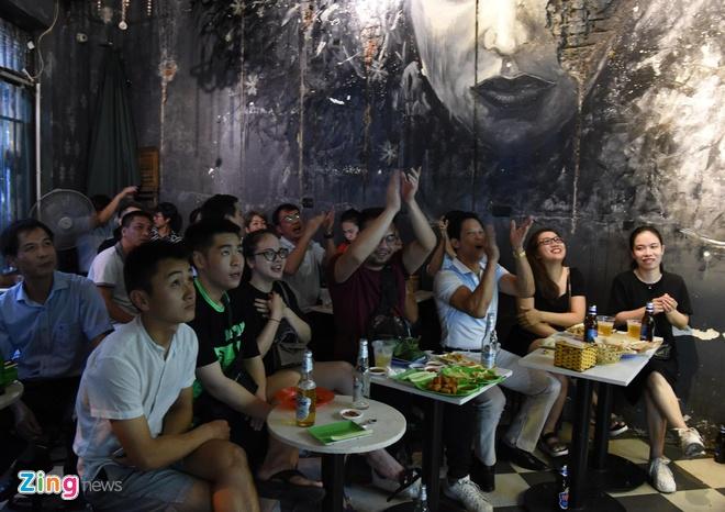 Người đẹp Sài Gòn kéo đến Trống Đồng, Bùi Viện cổ vũ tuyển Việt Nam