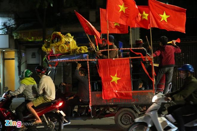 Xe SH boc khoi khi di 'bao' mung chien thang cua tuyen Viet Nam hinh anh 8