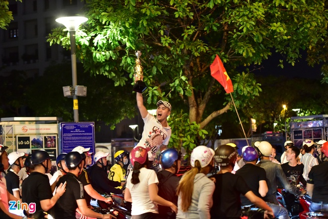 CĐV xuống đường ăn mừng chiến thắng của tuyển Việt Nam