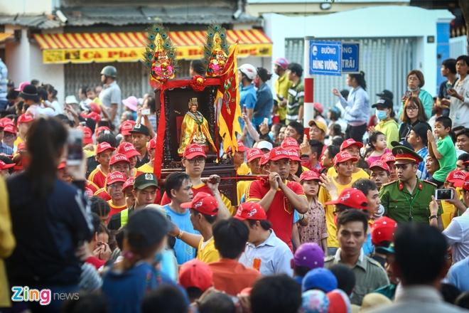 Le ruoc kieu Ba Thien Hau day mau sac tren duong pho Binh Duong hinh anh