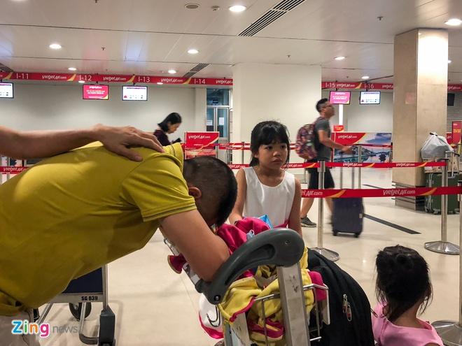 San bay Tan Son Nhat qua tai, nhieu nguoi ngu guc cho check-in hinh anh 6