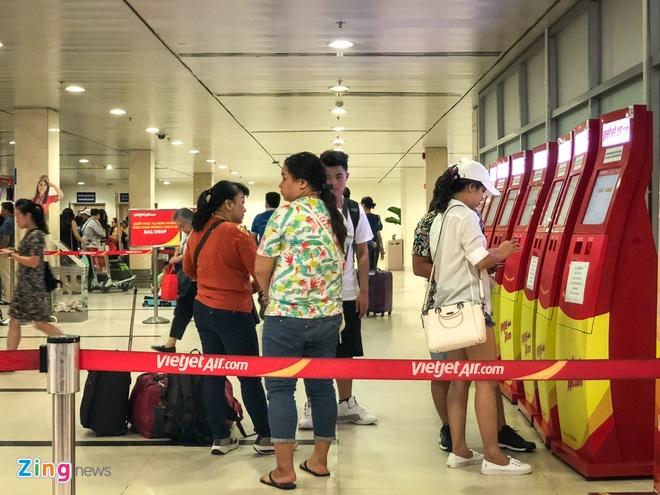 San bay Tan Son Nhat qua tai, nhieu nguoi ngu guc cho check-in hinh anh 13