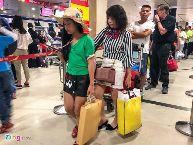 San bay Tan Son Nhat qua tai, nhieu nguoi ngu guc cho check-in hinh anh 3