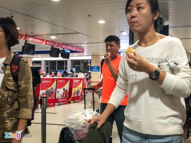 San bay Tan Son Nhat qua tai, nhieu nguoi ngu guc cho check-in hinh anh 7