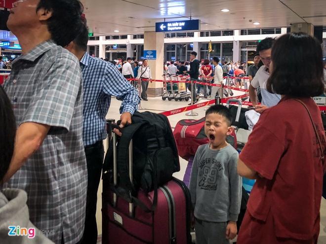 San bay Tan Son Nhat qua tai, nhieu nguoi ngu guc cho check-in hinh anh 4