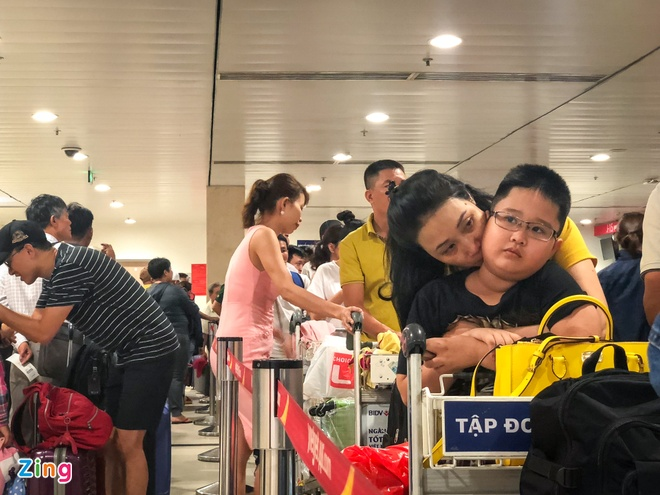 San bay Tan Son Nhat qua tai, nhieu nguoi ngu guc cho check-in hinh anh 9