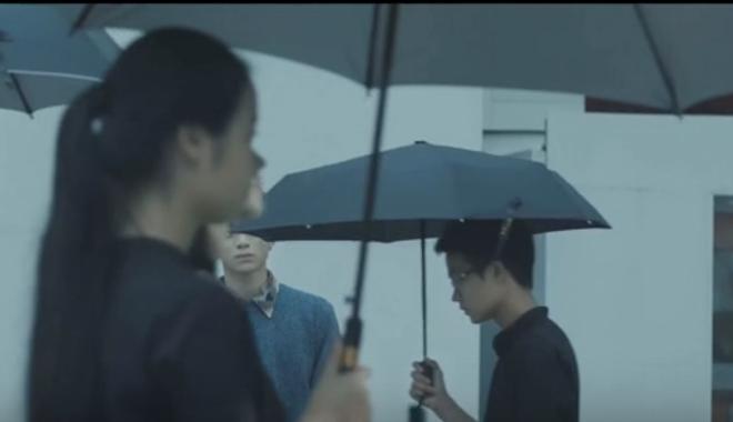 Quang cao thuong hieu lo lieu trong MV 'Phia sau mot co gai' hinh anh 2