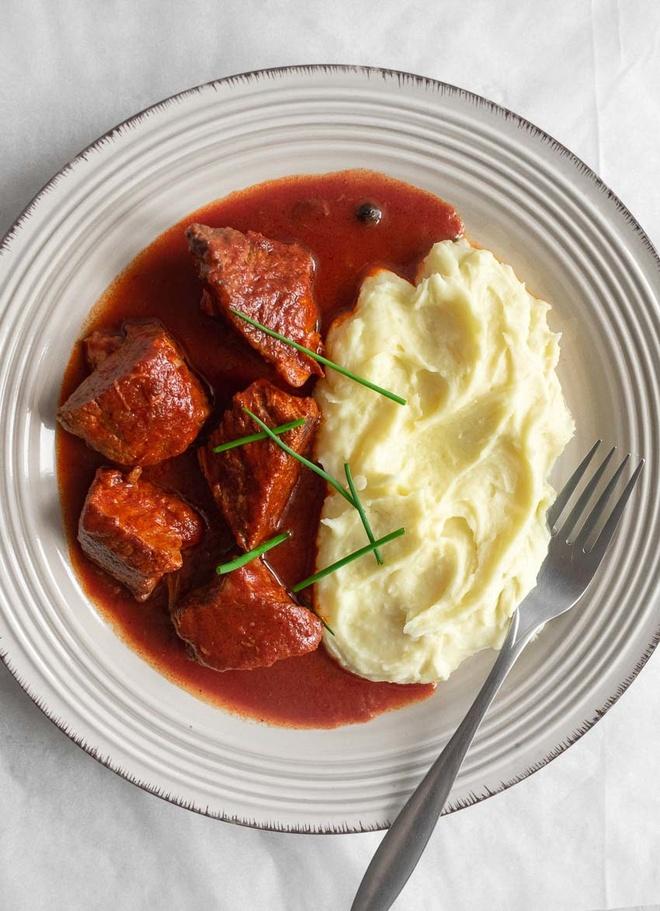 Nguoi Hy Lap tim dong xu trong mon an nao de cau may? hinh anh 6 Greek_Beef_Stew_In_Tomato_Sauce.jpg