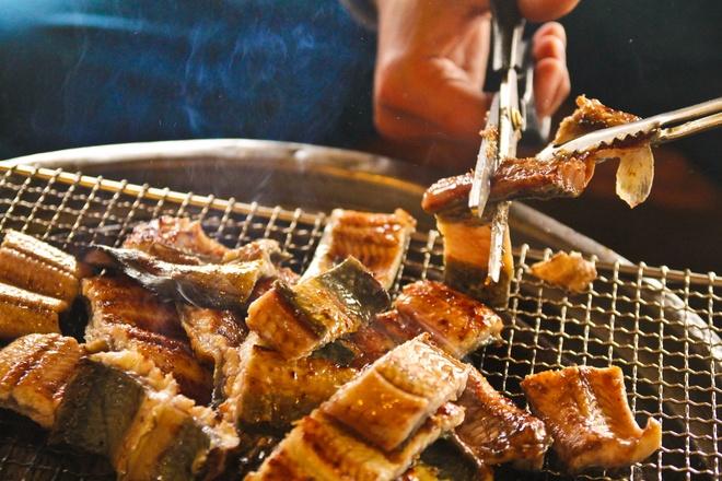3. Món lươn nào sau đây cũng rất phổ biến trong mùa hè ở Hàn Quốc?                         Lươn tái chanhLươn nướngLươn chiên nước mắm                         Lươn là gợi ý thích hợp cho những ngày nóng nhất của mùa hè ở Hàn Quốc. Người ta có thể rút xương lươn, ướp lươn với hỗn hợp mè, dầu mè, nước tương, đường... rồi nướng lên. Món lươn giàu dinh dưỡng thường được ăn kèm với gừng tươi xắt nhỏ, giúp khử mùi, kháng khuẩn... Ảnh: Park Mino.