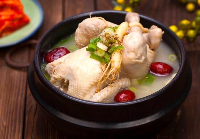 2. Samgyetang là món ăn hấp dẫn nào ở Hàn Quốc vào mùa hè?                         Gà hầm sâmNgỗng quayVịt ướp muối                         Samgyetang là món gà hầm sâm trứ danh của Hàn Quốc, cũng là lựa chọn ưu tiên trong mùa hè nóng bức. Có độ bổ dưỡng cao, gà hầm sâm Hàn Quốc thường sử dụng nhiều loại thảo mộc, trong đó nhân sâm, táo tàu... là những thành phần quan trọng, không thể thiếu. Ảnh: HaB Korea.