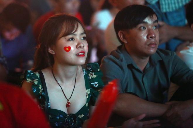 CĐV nữ hồi hộp cổ vũ Olympic Việt Nam từ quê nhà