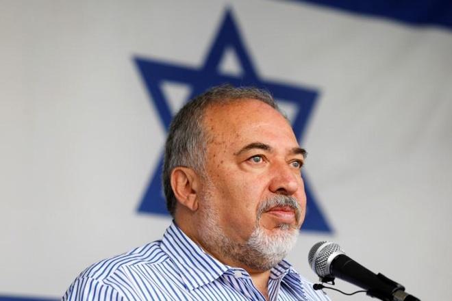 Bo truong Quoc phong Israel tu chuc, phan doi lenh ngung ban voi Hamas hinh anh