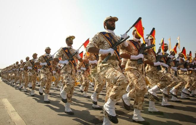 Xe cho thuoc no lao vao Ve binh Cach mang Iran, 27 nguoi chet hinh anh