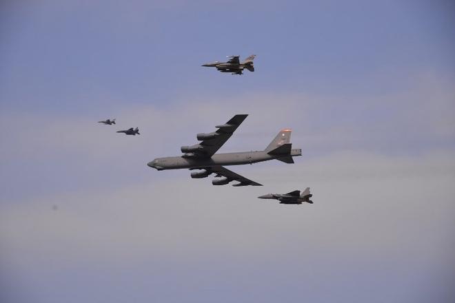 'Pháo đài bay' B-52 của Mỹ bay gần các đảo tranh chấp trên Biển Đông