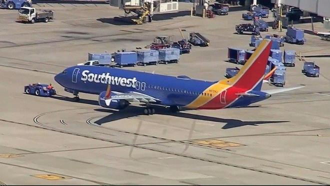 737 MAX 8 ha canh khan cap vi dong co, co phieu Boeing giam manh hinh anh 1