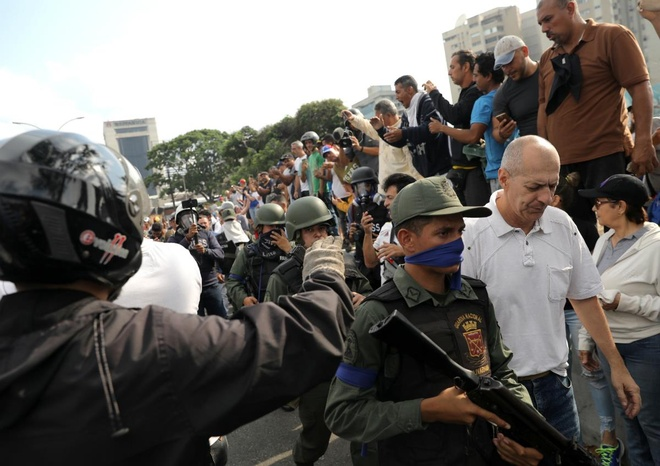 Lanh dao doi lap Venezuela tuyen bo dao chinh dang dien ra hinh anh 2