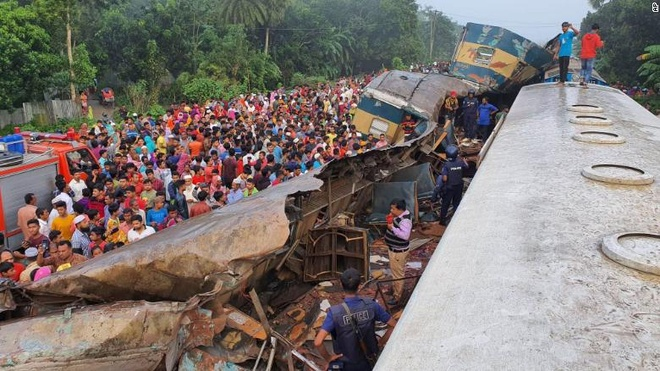 Hai tau hoa dam truc dien o Bangladesh, 16 nguoi thiet mang hinh anh 1