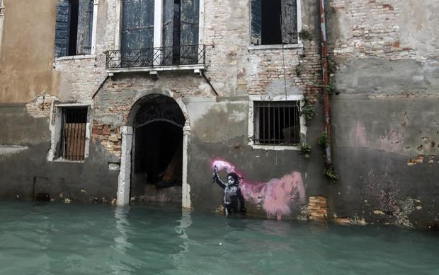 Tac pham nghe thuat cua Banksy o Venice bi ngap hinh anh 1