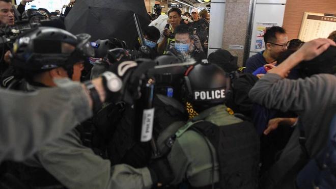 Bieu tinh va dung do no ra o cac trung tam thuong mai Hong Kong hinh anh 1 police-deploy-pepper-spray-during-a-protest-at-the-new-town-plaza-shopping-mall-in-hong-kong.jpg