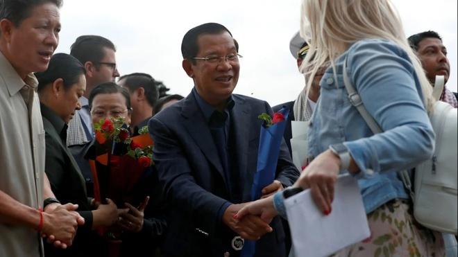 Thủ tướng Campuchia Hun Sen bắt tay hành khách và thủy thủ đoàn tàu MS Westerdam hôm 14-2. Ảnh: Reuters.