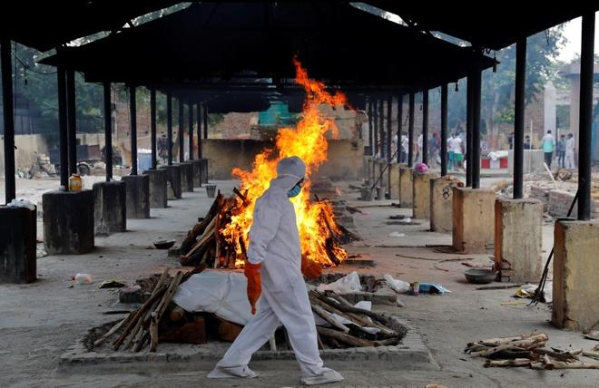 Nhân viên tại một cơ sở mai táng ở New Delhi, Ấn Độ trong trang phục bảo hộ. Ảnh: Reuters.