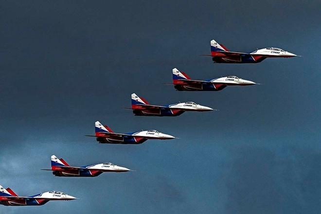 Tiem kich MiG-29 bay doi hinh bac thang tren bau troi ngoai o Moscow hinh anh