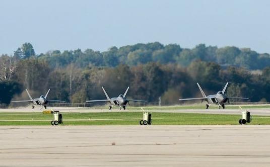 Tiem kich F-22 so tan de tranh sieu bao Michael hinh anh