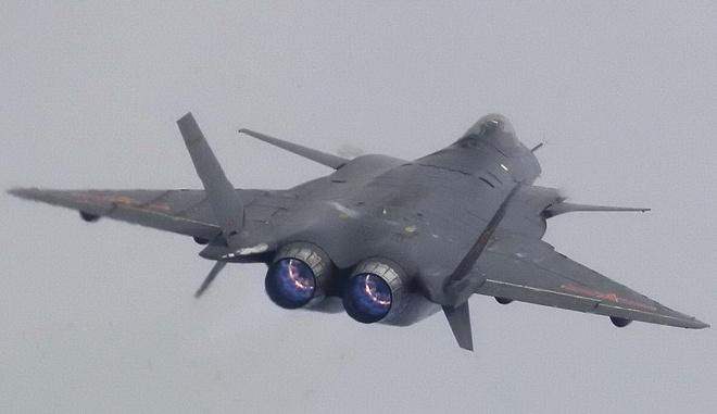 Tiem kich J-20 cua Trung Quoc bay bieu dien voi dong co cu hinh anh