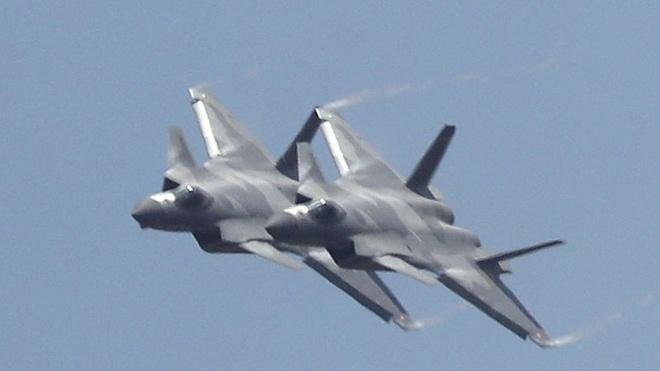 Tiem kich J-20 cua Trung Quoc bay bieu dien voi dong co cu hinh anh 1