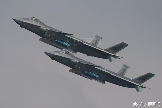 Tiêm kích tàng hình J-20 của TQ lộ điểm yếu khi khoe vũ khí
