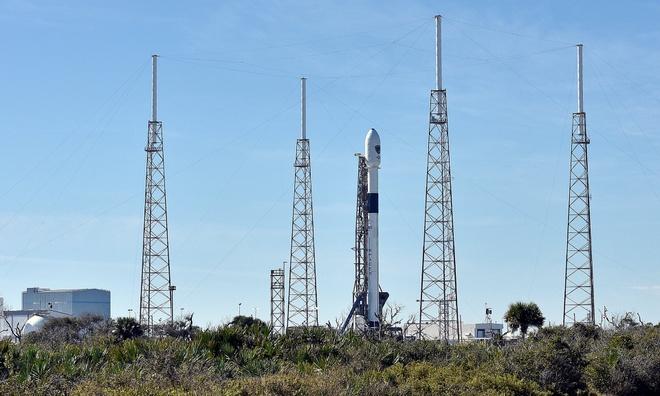 SpaceX cua Elon Musk lan dau phong ve tinh quan su hinh anh 1