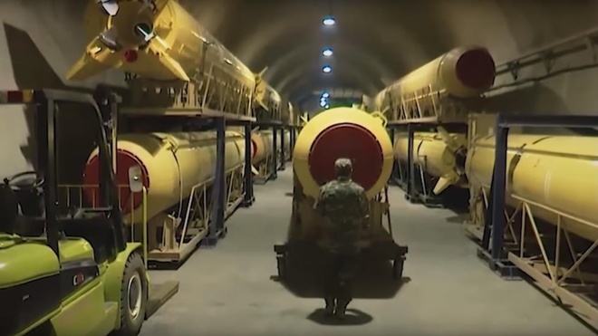 Iran tung video khoe kho ten lua do so trong long dat hinh anh