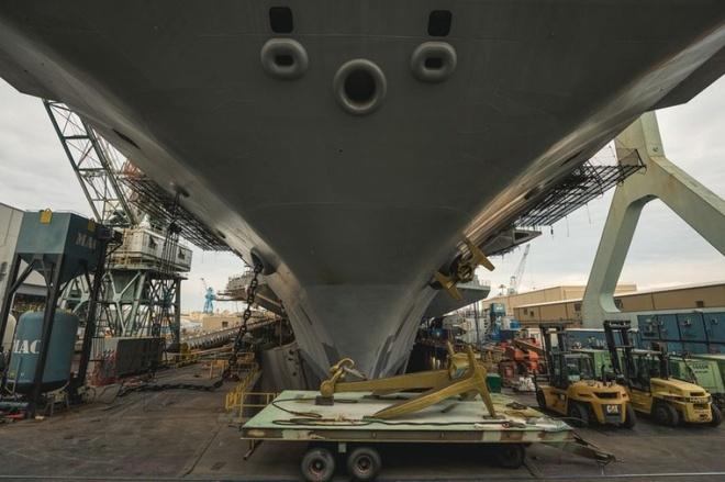 Tàu sân bay Mỹ nhận món quà 32 tấn từ chiến hạm USS Enterprise